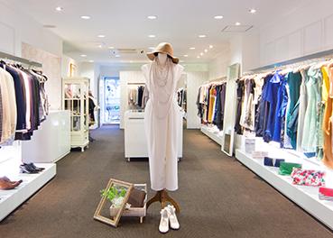 ドレス専門ショップ「アズ フォーマル」の店舗内画像
